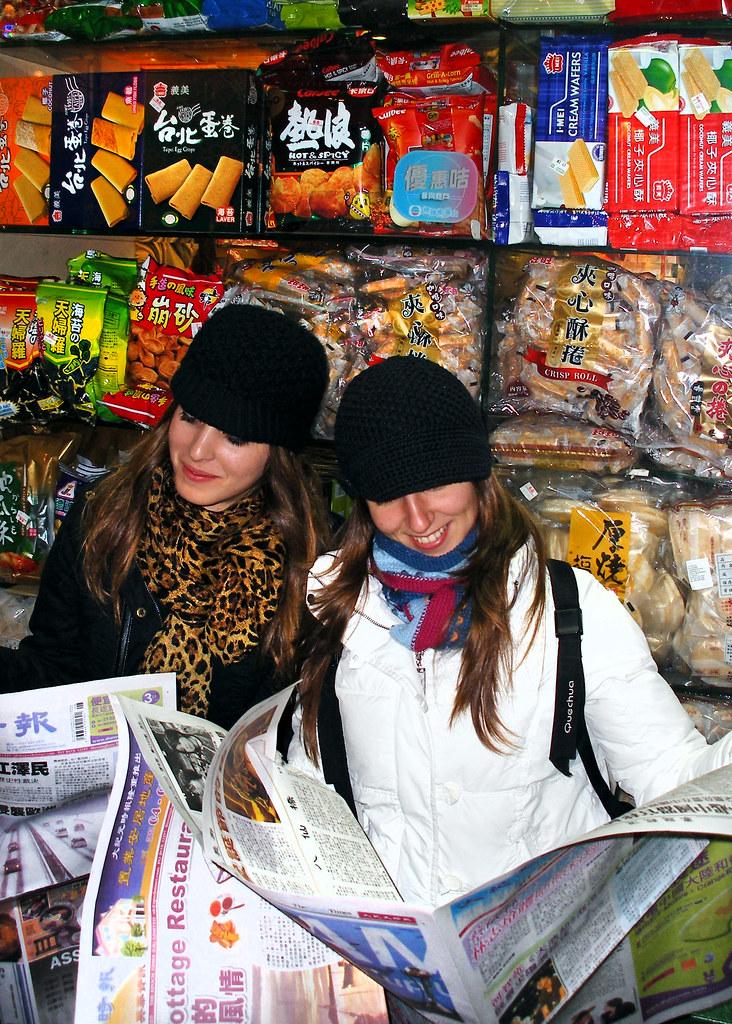Leyendo periodicos en China Town, uno de los barrios más singulares que ver en Londres