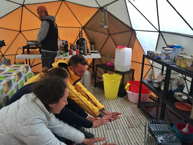Calentando las manos en el Campamento Fletanes (Sur de Groenlandia)