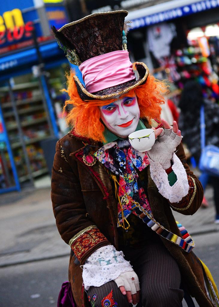 Personaje disfrazado de Alicia en el país de las Maravillas en Camden Town