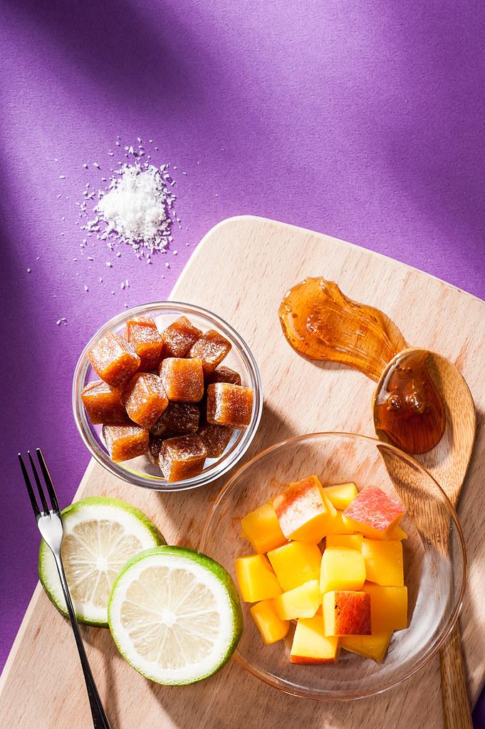 藍天白雲,椰林樹影,婆裟搖曳。在新加坡、馬來一帶的南國料理,椰子風味是最常入菜的代表性食材。 採用大量的芒果肉做為基底,再加上椰子油及椰蓉使得芒果的味道更加纖細柔和。品嚐這份島嶼香甜,就是一種愜意的浪漫。