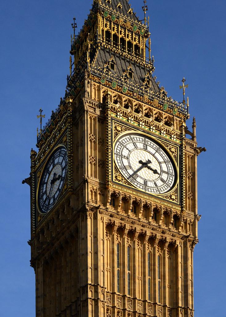 El reloj del Bigben visto desde la calle