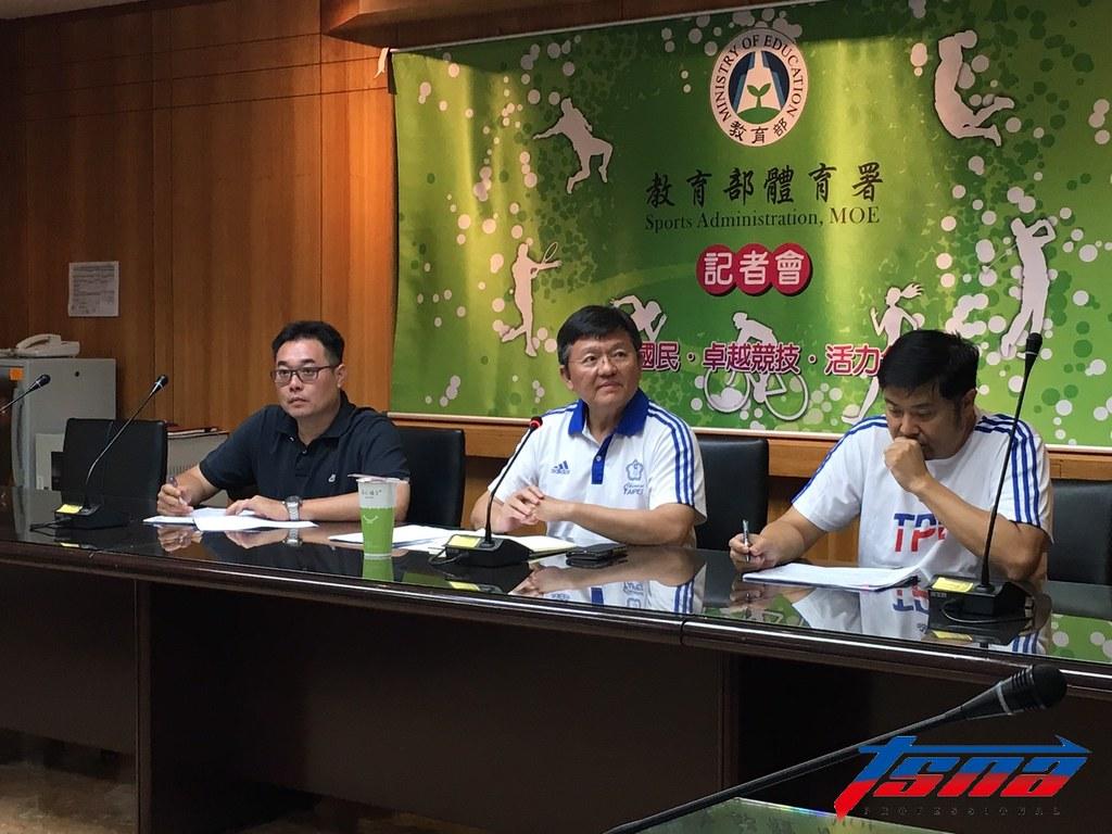 世大運游泳隊總教練李澄峯(圖左起)、體育署副署長林哲宏與大專體總秘書長曾慶裕。(卓君澤/攝)