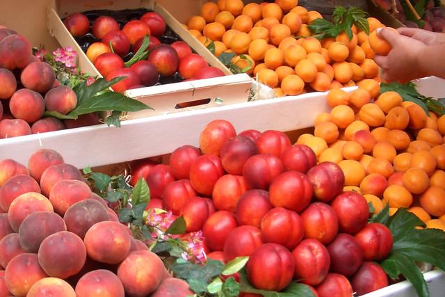 Marktstand mit Pfirsich, Nektarine, Aprikose ... Foto: Brigitte Stolle, Mannheim