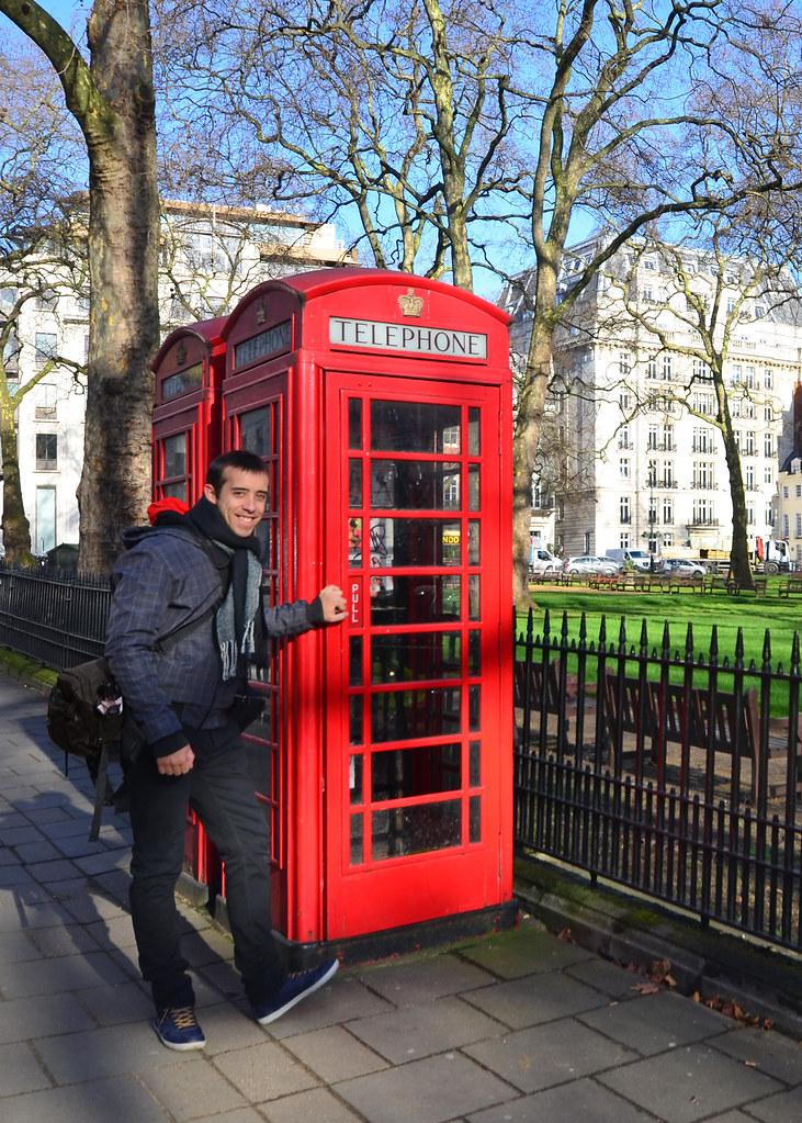 Haciéndome una foto con una de las famosas cabinas rojas de Londres