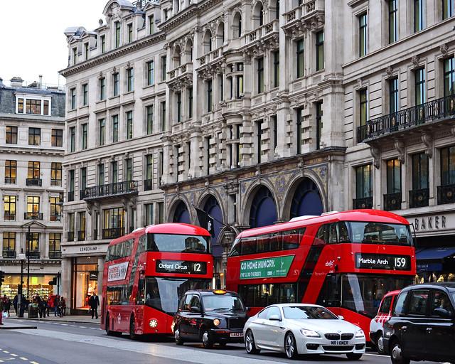 Autobuses circulando por Oxford Street