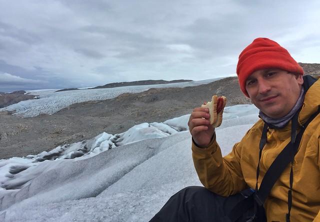 Sele comiendo un sandwich en un glaciar de Groenlandia