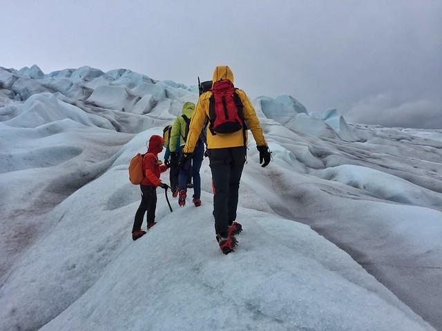 Trekking con crampones sobre el glaciar Qaleraliq en el sur de Groenlandia