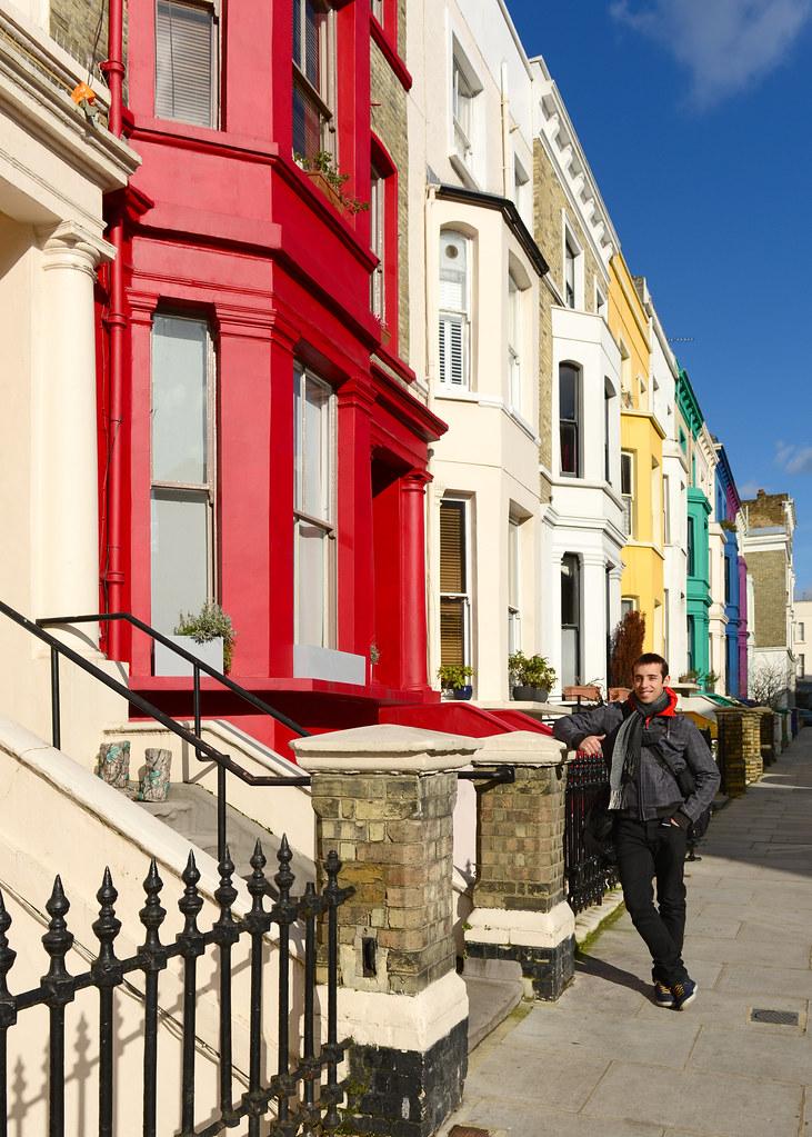 Frente a una de las fachadas de colores de Portobello, uno de los sitios más bonitos que visitar en Londres