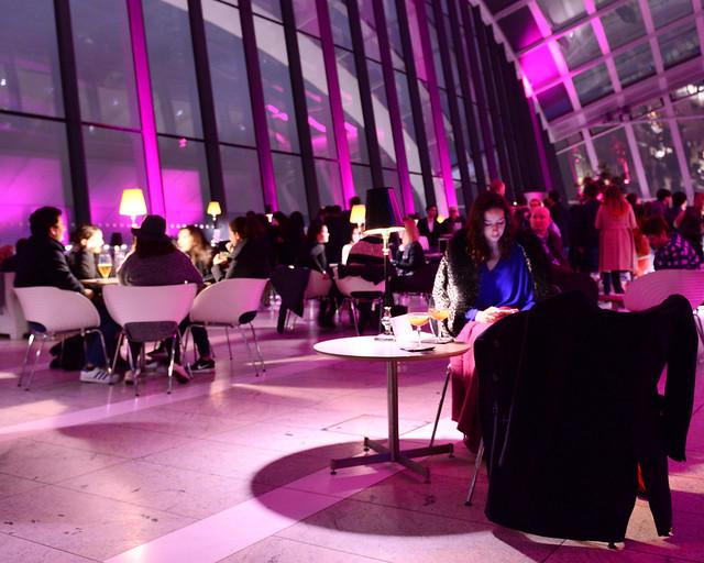 Chica cenando en el skygarden de Londres