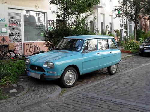 Blauer Citroën Ami 8 in einer Straße in Berlin