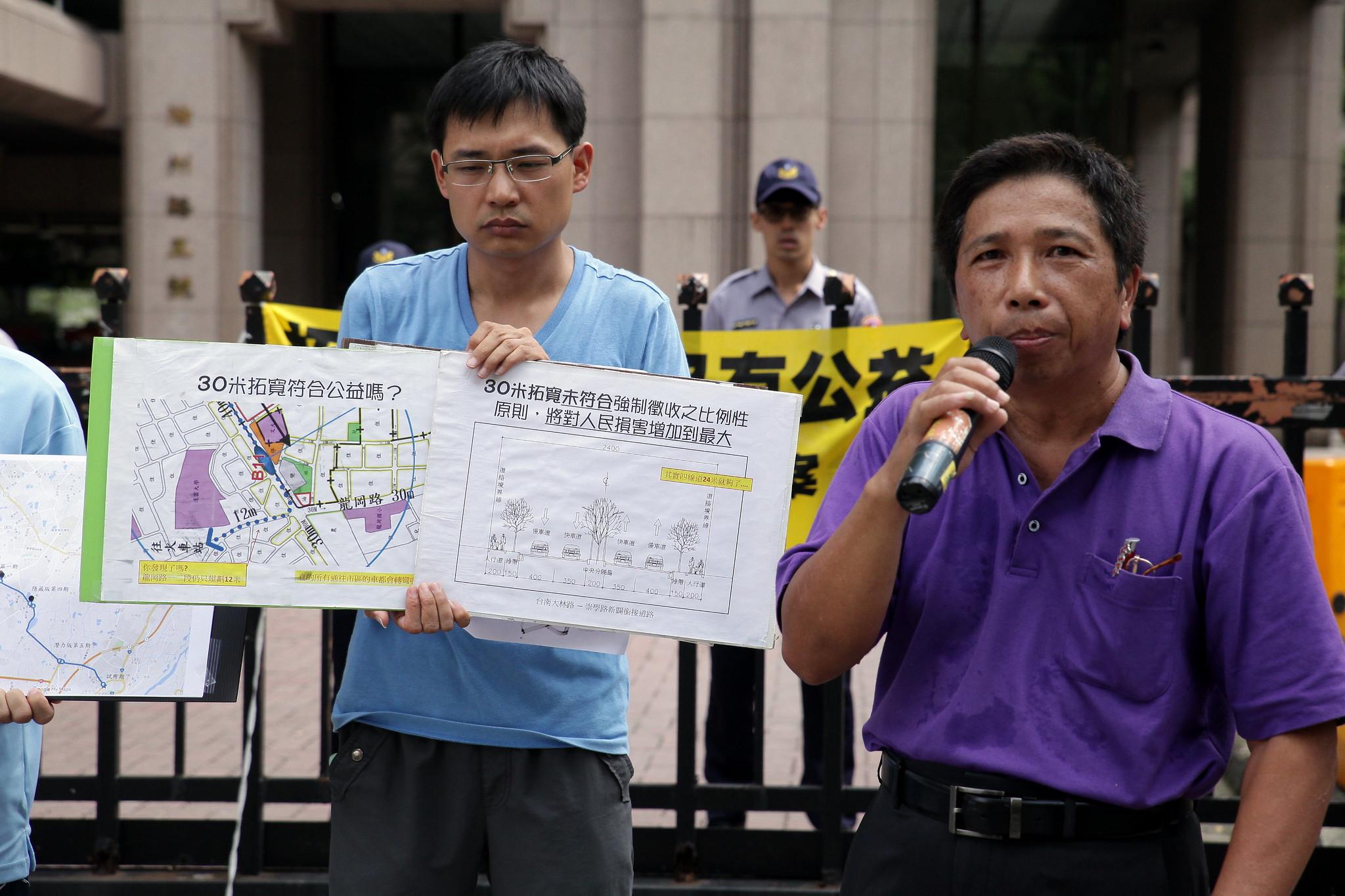 李先生(左)強調,居民不同意這個建設案的主要原因是,道路拓寬方案並不合理,為了一個不合理的建設案,來影響周邊居民的生活空間,在場居民(圖右)住房變小後,大呼「老婆、兒子要搬去哪裡?」(攝影:陳逸婷)