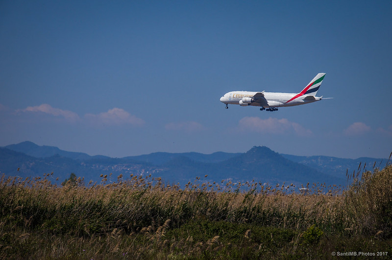 Airbus A380 a punto de aterrizar en el aeropuerto del Prat