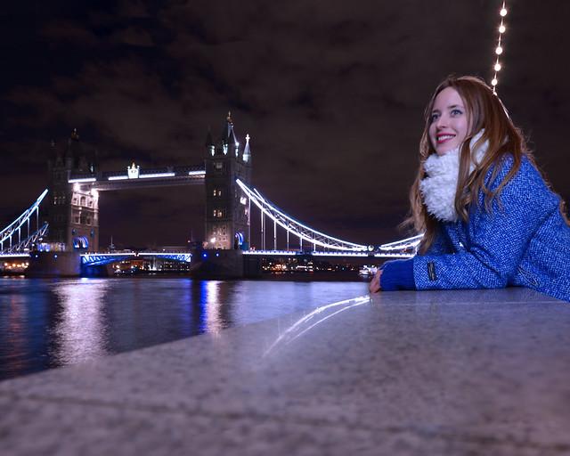 Paseando frente al ayuntamiento de Londres y el Támesis en la noche