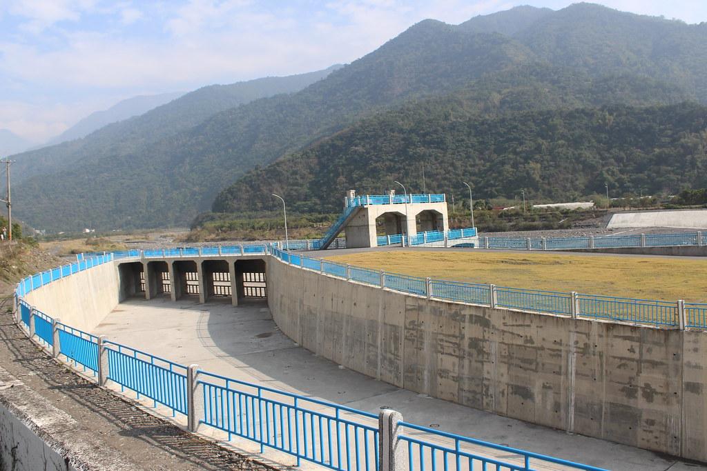 「彎道取水」技術是利用溪水過彎的離心力,通過濾網後在湖內儲存,慢慢補足地下水量。攝影:廖靜蕙