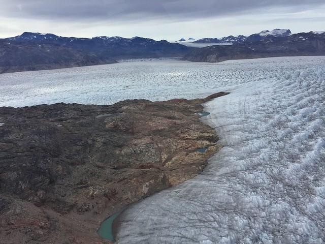 Glaciar Qorqup desde un helicóptero