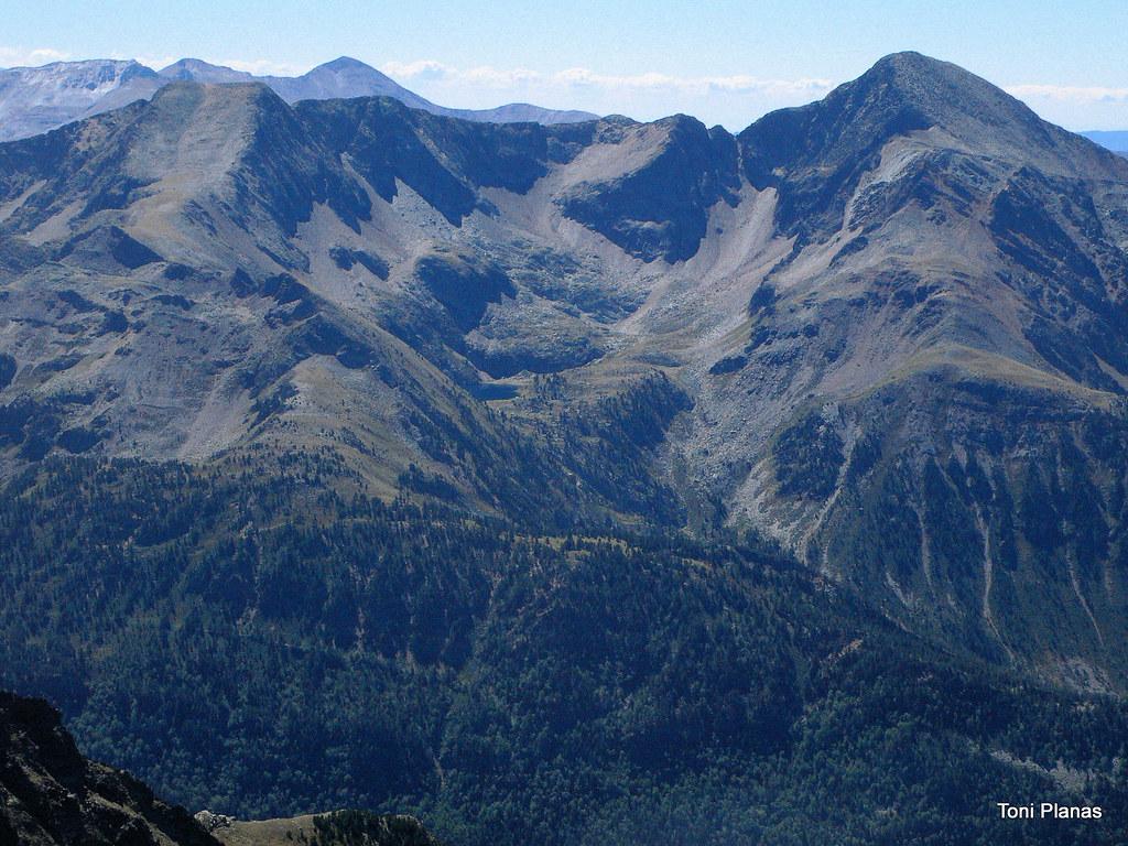 Pic de Norís i Monteixo amb els estanys d'Aixeus i el Salòria al fons vistos des de l'estany de Baborte