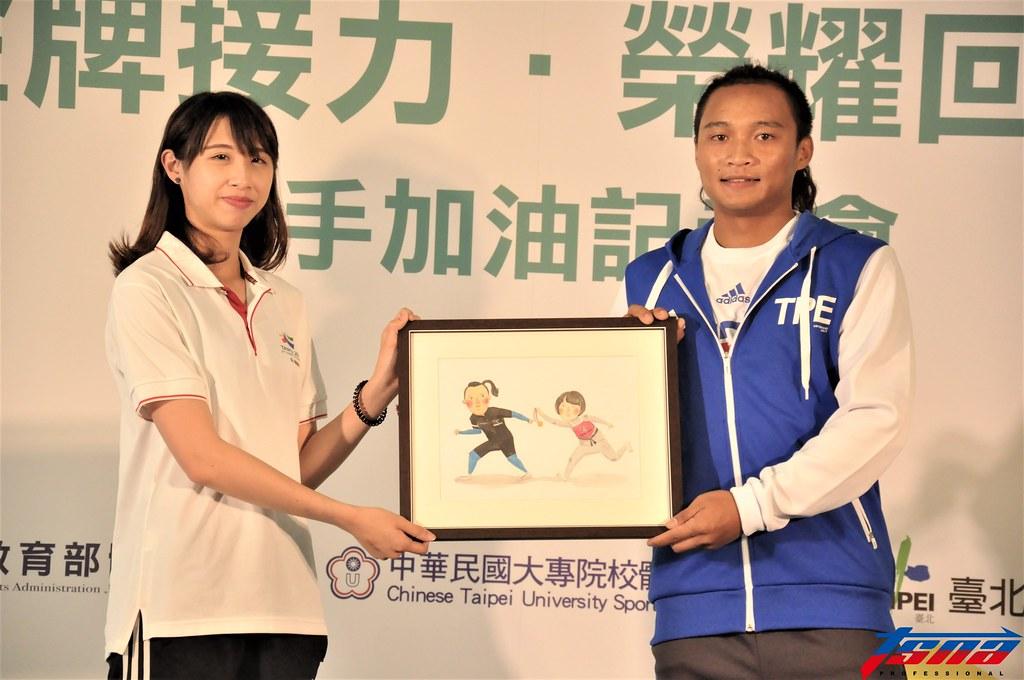 林婉婷(图左)与滑轮溜冰国手宋青阳.(张哲郢/摄)图片