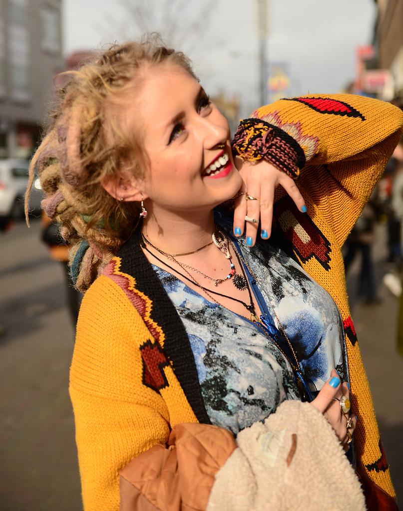 Chica hippie del barrio de Camden Town con un chaleco amarillo
