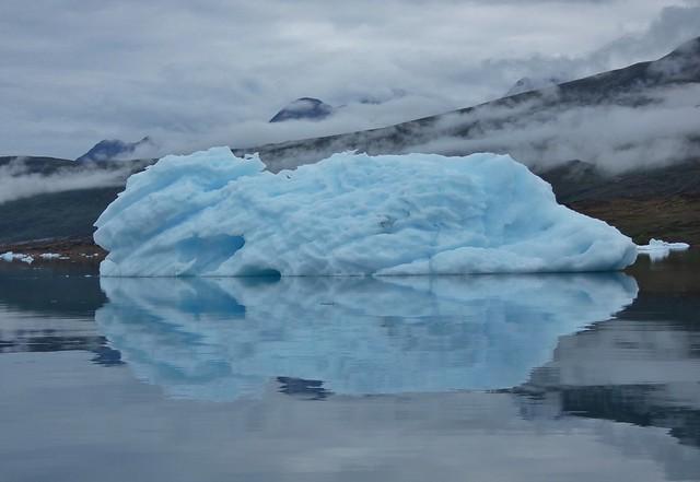 Reflejo de un iceberg en la bahía de Tasiusaq (Kakak en Groenlandia)