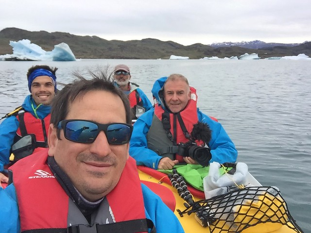 Sele, Alvaro, Ramón y Manu en los kayaks con los que navegamos sobre Tasiusaq (Kayak en Groenlandia)