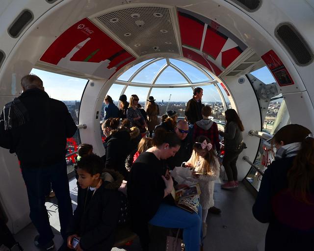 Interior del London Eye, una de las mejores experiencias que hacer en Londres