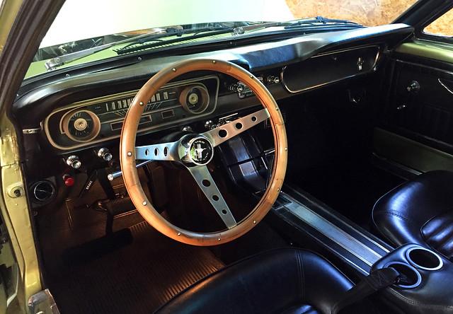 Oldtimer Ford Mustang 1965 grün mit Holzlenkrad
