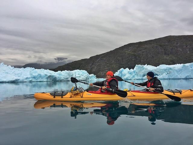 Sele y Álvaro haciendo kayak en Groenlandia (Bahía de los icebergs de Tasiusaq)
