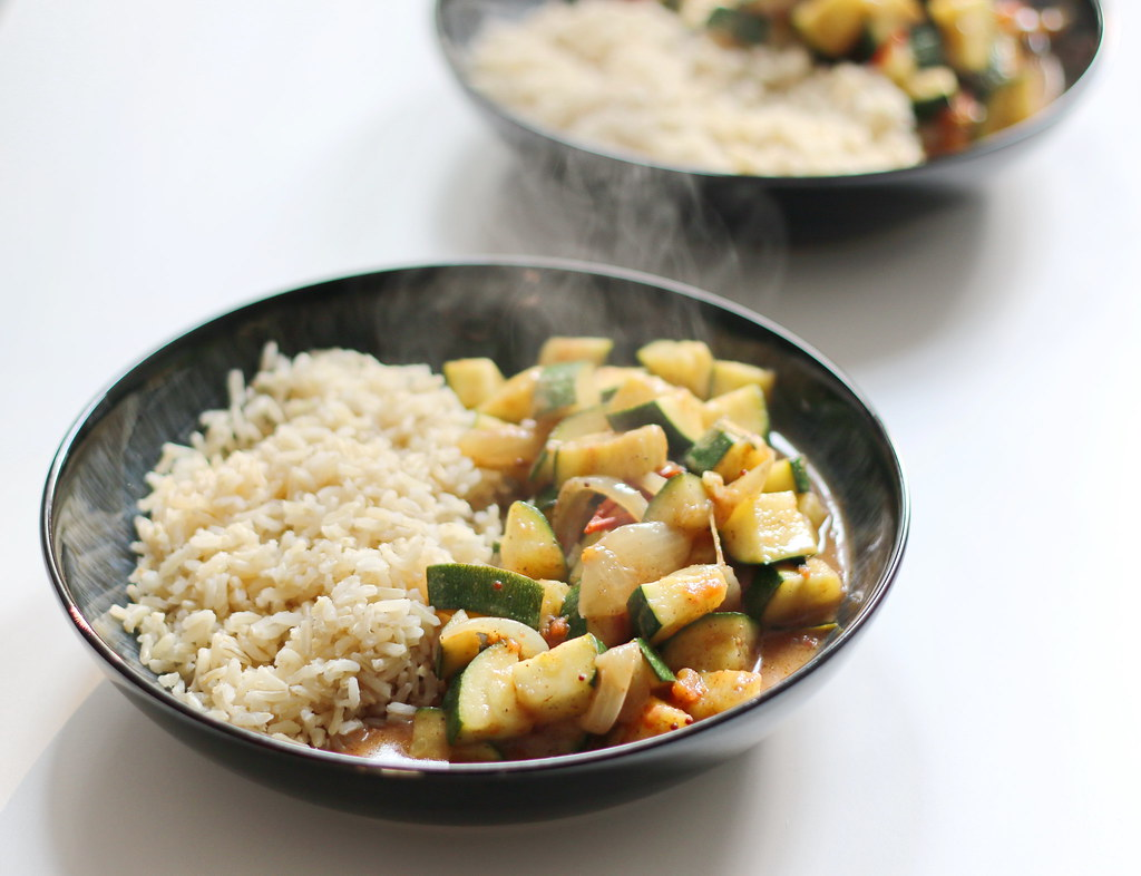 Courgette curry with rice in bowls