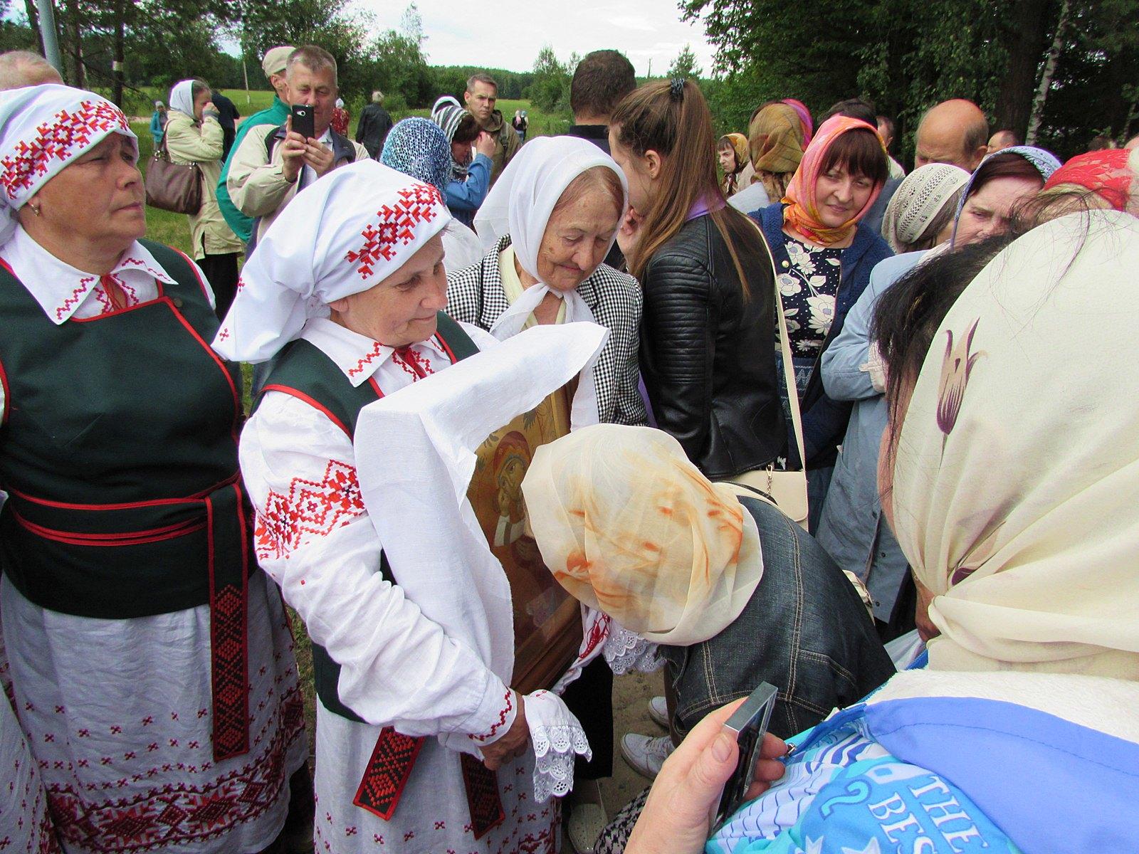 Богородица собрала верующих
