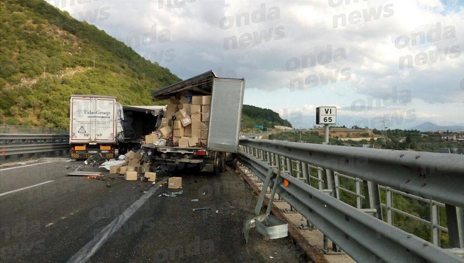 Scontro tra due tir in autostrada, 27enne finisce in ospedale