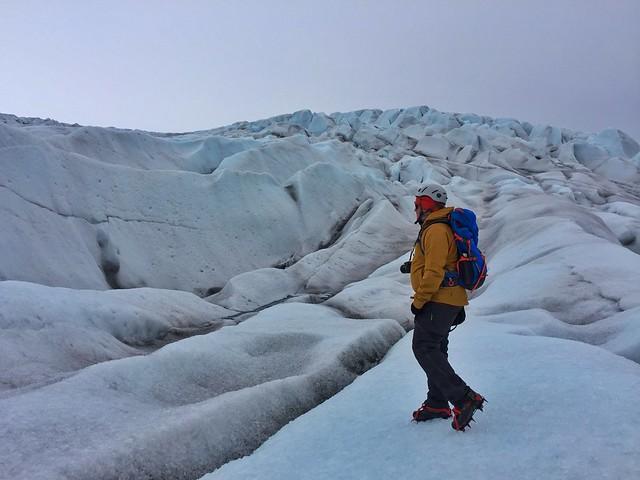 Sele caminando con crampones en el glaciar Qaleraliq del sur de Groenlandia