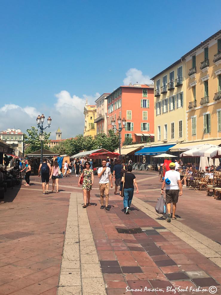 O lindo mercado Saleya em Nice no sul da França.
