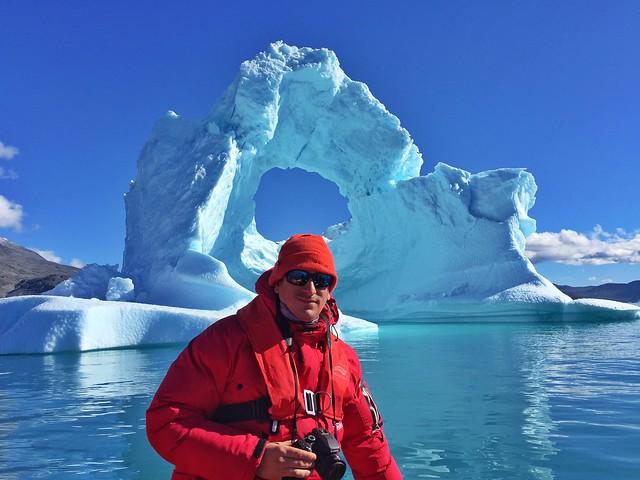 Sele delante de un iceberg en el fiordo Qooroq del sur de Groenlandia