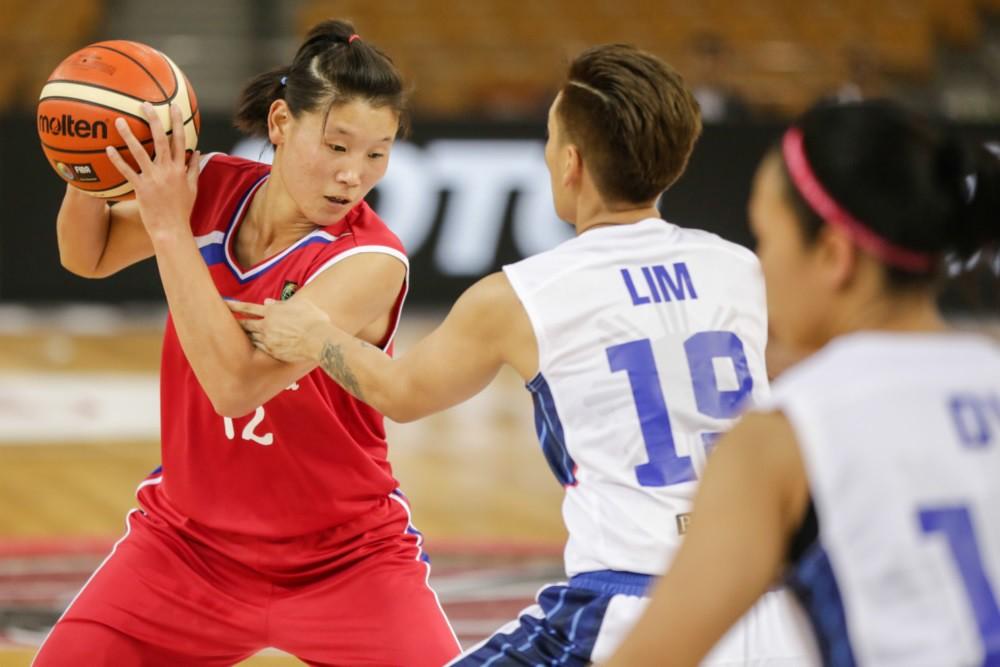 朝鮮隊Ro Suk Yong(持球者)。(FIBA資料照)