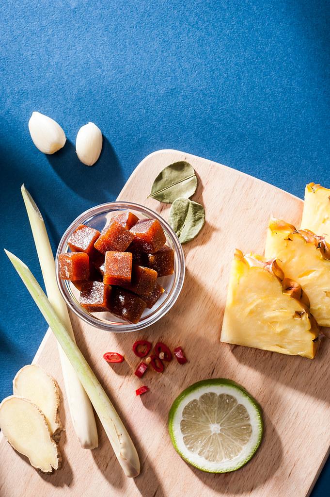 即使未曾到過泰國,大概也知道泰式料理中甜酸辣交融的滋味。 我們用鳳梨、檸檬及辣椒,調和成甜、酸、辣的暹羅風味,再加上香茅及檸檬葉等數種香料植物的點綴, 變成可以隨手入口的形式,閉上眼隨時都能夠來一趟泰國行旅。