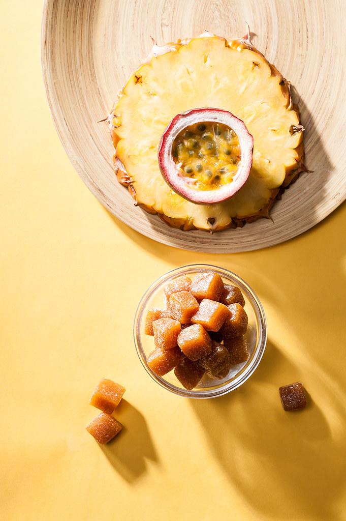 百香果的香氣強烈而獨特,富有熱帶水果的酸甜特性,常被稱為「熱情果」。 以人工挖取及去籽,再以鳳梨為基底一起熬煮,就能襯托出百香果的奇妙滋味。 或許嚐上一口,宛如在舌尖上舞動森巴,體驗百種香味的魔幻食刻。