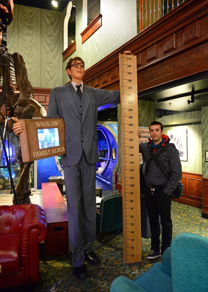 Junto al hombre más alto del mundo en el museo de Believe it or not
