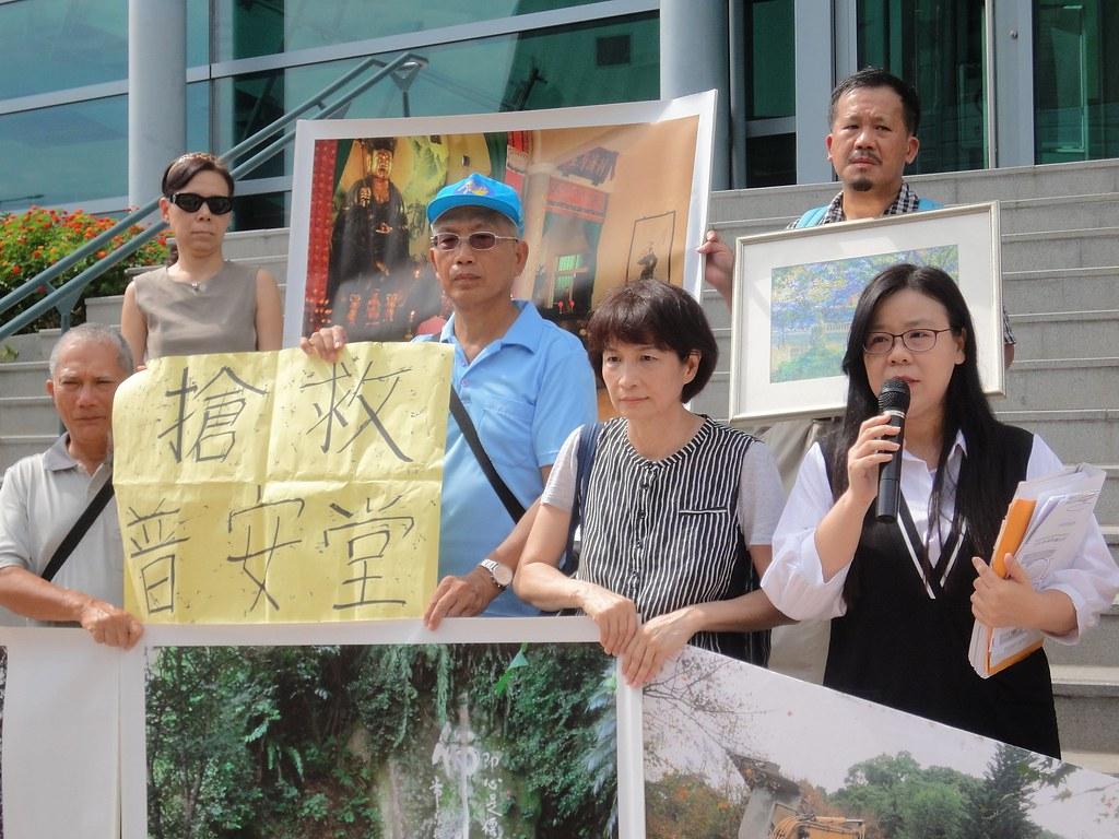 普安堂及聲援群眾今到高等行政法院控告新北市府。(攝影:張智琦)
