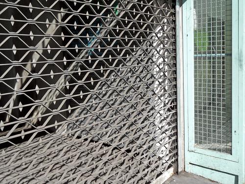 Geschlossenes Rollgitter vor der Einfahrt zu einer Tiefgarage