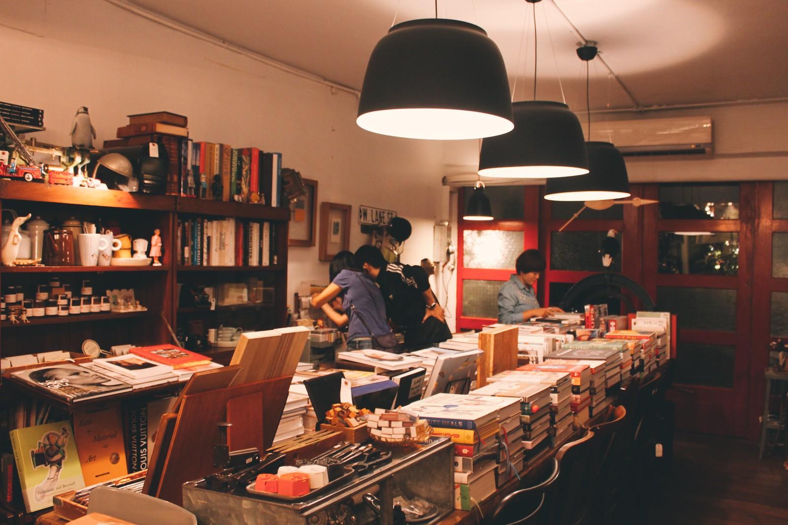 Los libros se apilan en columnas un tanto caóticas en VVG Something