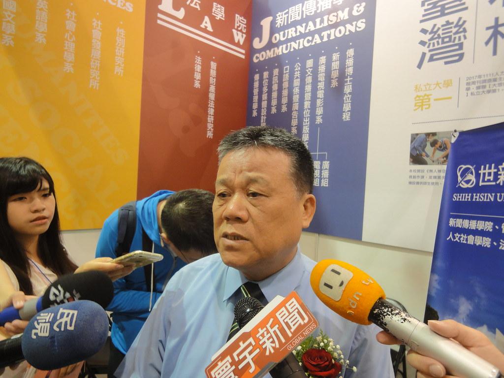 世新大學校長吳永乾回應批評,但講到一半轉身就跑。(攝影:張智琦)