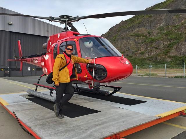 Sele junto con el helicóptero antes de volar sobre el glaciar Qorqup (Groenlandia)