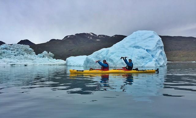 Sele y Álvaro levantando las palas en un kayak en Groenlandia (Junto a los icebergs de Tasiusaq)