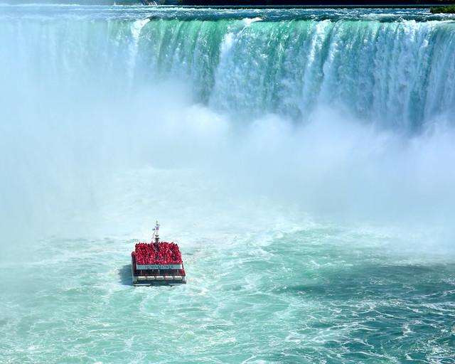 El barco de cataratas del Niágar entrando en la nube de agua