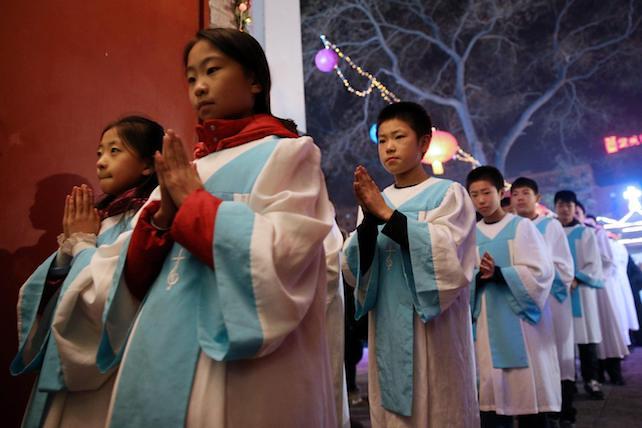 China prohíbe a padres y maestros llevar a los niños a la iglesia