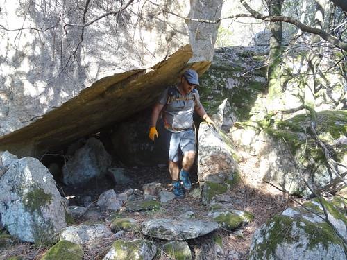 Divers abris sous roches le long de l'ancien chemin d'exploitation avant la brèche