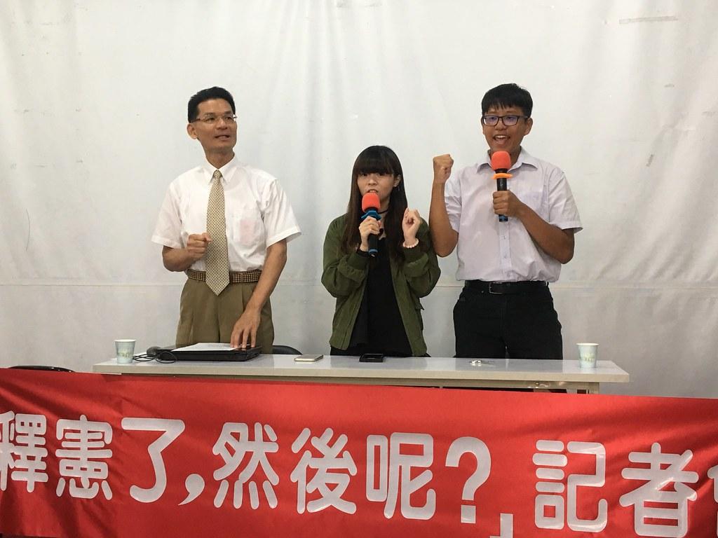 護家盟張守一(圖中左)今日召開記者會,表達不滿釋憲結果的訴求。(攝影:陳逸婷)