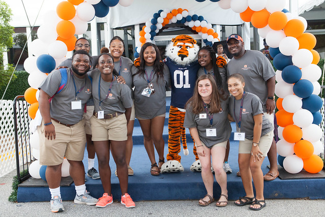 Students pose with Aubie.