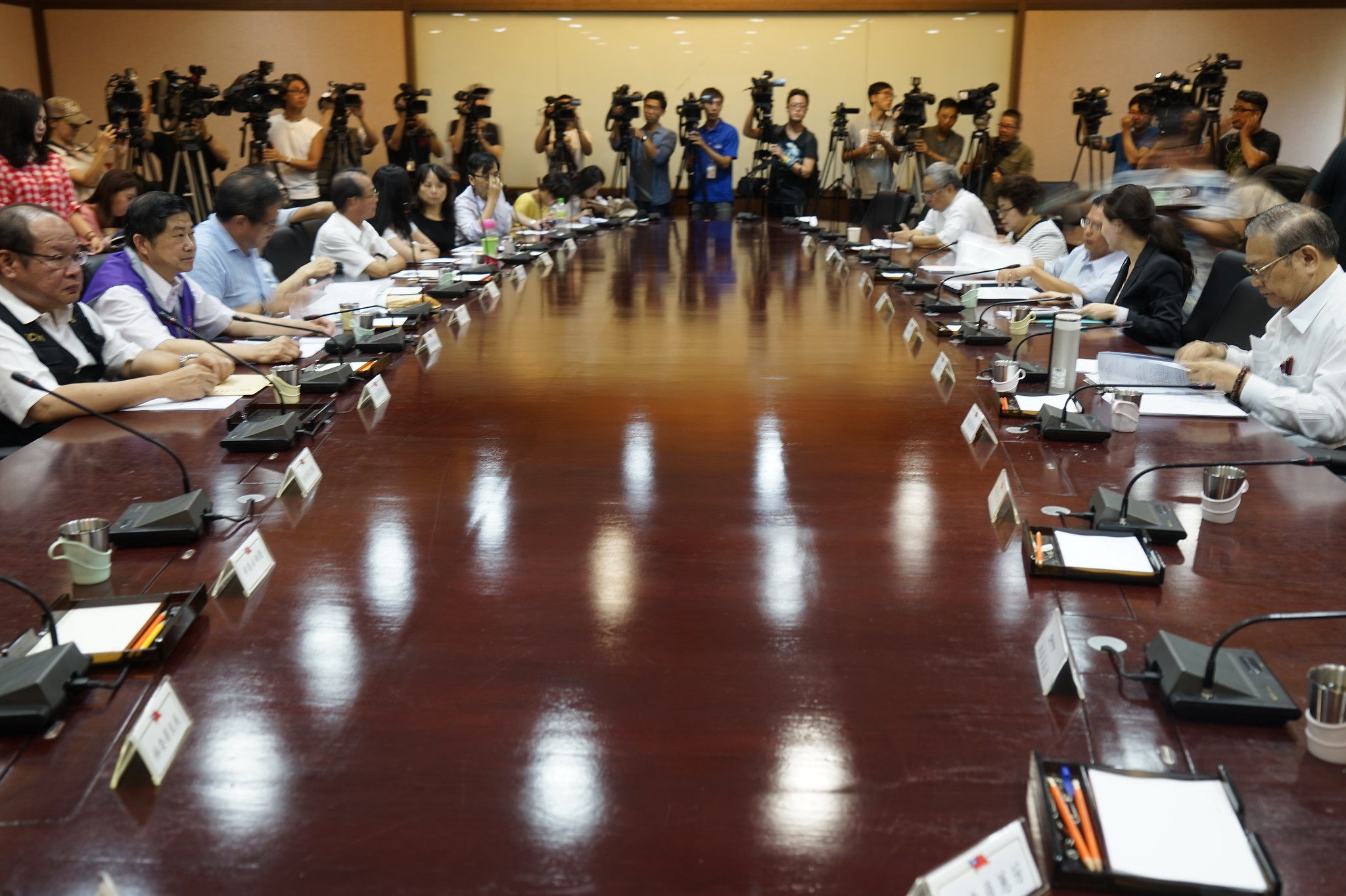 劳资代表坐上谈判桌,针对基本工资调幅大战七小时。(摄影:张宗坤)