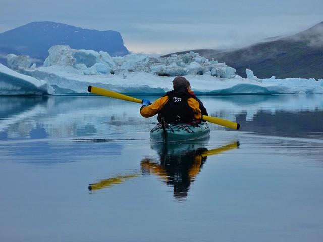 El kayak en Groenlandia tiene lugares magníficos como Tasiusaq, una bahía repleta de icebergs